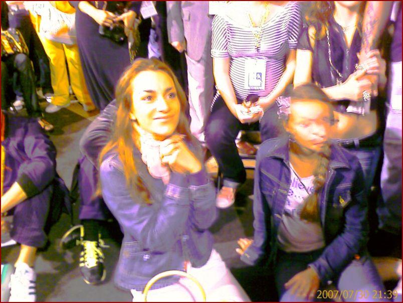 Кристина Абрамян на колянях перед Стиви Вандером