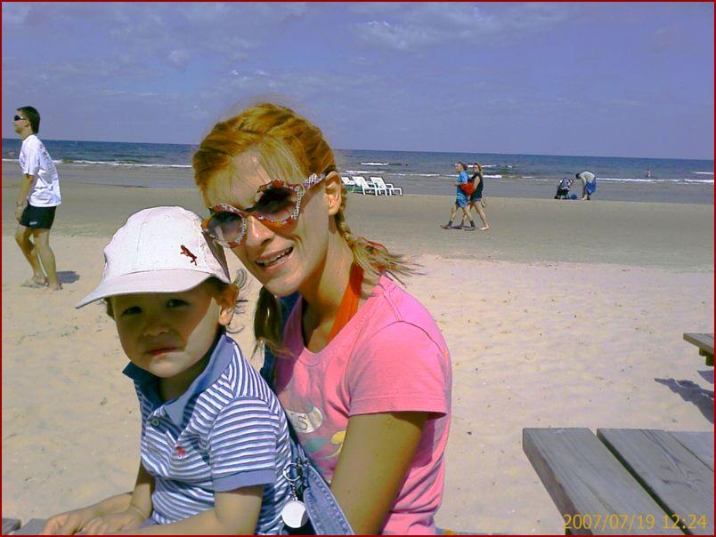 Юлия Говор и латышский паренек на пляже Юрмалы